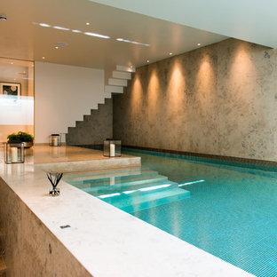 Ejemplo de piscina contemporánea en forma de L y interior