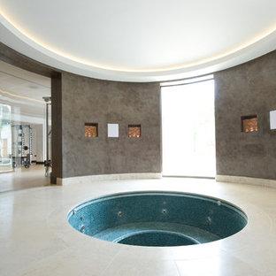 Imagen de piscinas y jacuzzis contemporáneos, grandes, redondeados y interiores
