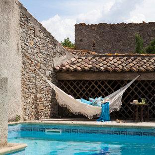 トゥールーズの中サイズのオーダーメイド地中海スタイルのおしゃれな裏庭プールの写真