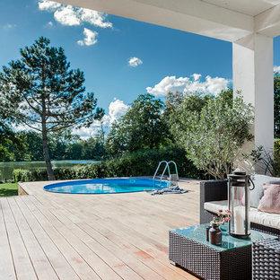 Imagen de piscina elevada, escandinava, con entablado