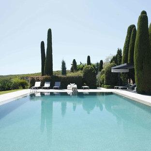 Esempio di un'ampia piscina monocorsia mediterranea rettangolare con pedane