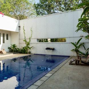 Exemple d'une piscine éclectique.