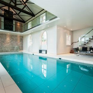 Modern inredning av en rektangulär, inomhus pool, med poolhus