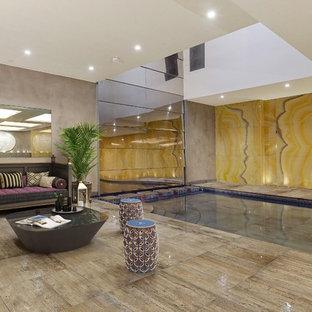 Modelo de piscina alargada, contemporánea, grande, interior y rectangular, con suelo de baldosas