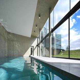 На фото: большой прямоугольный бассейн в доме в стиле лофт с