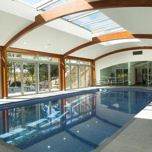 Ejemplo de piscina de estilo de casa de campo rectangular y interior