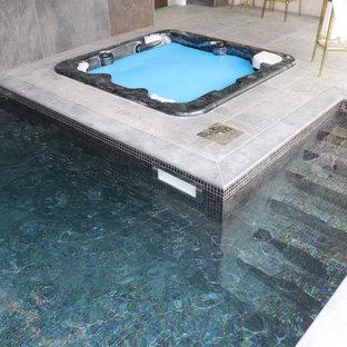 Foto de casa de la piscina y piscina elevada, contemporánea, de tamaño medio, rectangular, en patio trasero, con granito descompuesto