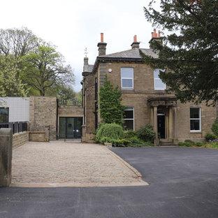 Imagen de casa de la piscina y piscina elevada, actual, de tamaño medio, rectangular, en patio trasero, con granito descompuesto