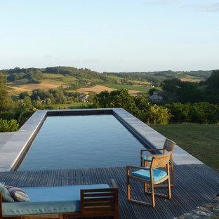 Inspiration pour une piscine sur une terrasse en bois arrière méditerranéenne rectangle et de taille moyenne.