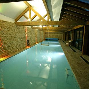 Стильный дизайн: прямоугольный бассейн в доме в стиле кантри с домиком у бассейна и покрытием из каменной брусчатки - последний тренд