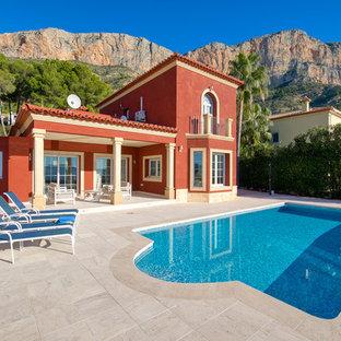 Modelo de piscina alargada, mediterránea, grande, rectangular, en patio trasero, con adoquines de piedra natural