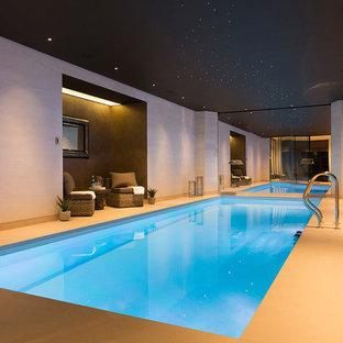 Modelo de piscina alargada, actual, de tamaño medio, interior y rectangular
