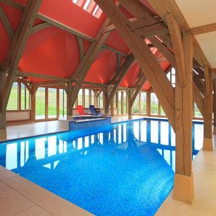 Foto di una grande piscina coperta monocorsia rustica rettangolare