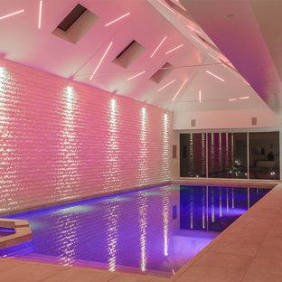 Modern inredning av en inomhus, rektangulär pool