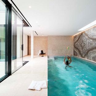 Modelo de piscina contemporánea, interior y rectangular, con suelo de baldosas