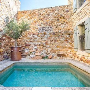 Cette photo montre une petit piscine méditerranéenne rectangle avec une cour.