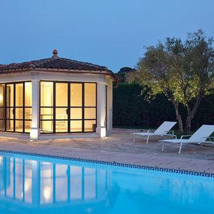Inspiration pour des grands abris de piscine et pool houses méditerranéens rectangles avec des pavés en pierre naturelle.