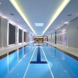 Modelo de casa de la piscina y piscina alargada, moderna, grande, interior y rectangular, con suelo de baldosas