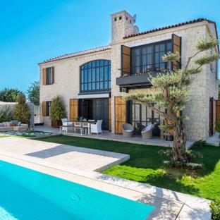 Diseño de piscina natural, mediterránea, extra grande, rectangular, en patio delantero, con adoquines de piedra natural