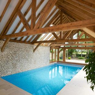 Свежая идея для дизайна: огромный прямоугольный бассейн в доме в стиле кантри с покрытием из каменной брусчатки - отличное фото интерьера