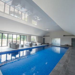 Modelo de piscina alargada, de estilo de casa de campo, interior y rectangular