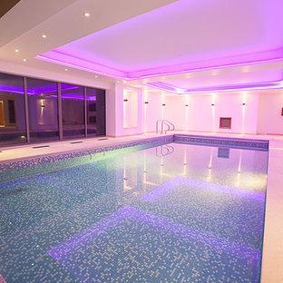 Idée de décoration pour une piscine intérieure design rectangle.