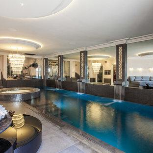 Foto på en stor funkis pool, med spabad