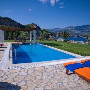 Imagen de casa de la piscina y piscina natural, marinera, grande, rectangular, en patio trasero, con granito descompuesto