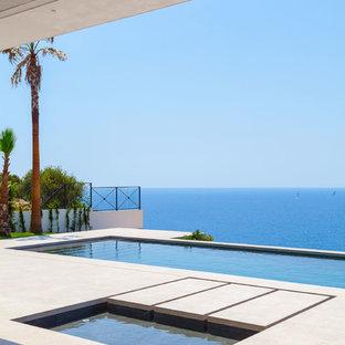 Diseño de piscinas y jacuzzis alargados, contemporáneos, rectangulares, en patio trasero, con suelo de hormigón estampado