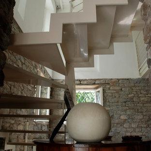 Aménagement d'un grand sous-sol contemporain semi-enterré avec un poêle à bois, un manteau de cheminée en bois et un sol multicolore.
