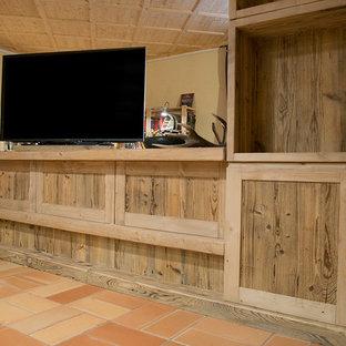 Idée de décoration pour un sous-sol chalet de taille moyenne avec un sol en carreau de terre cuite.