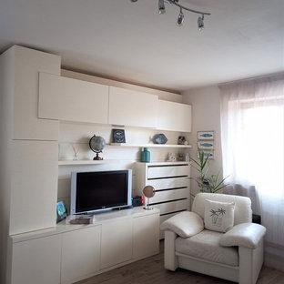 Inspiration pour un sous-sol style shabby chic avec un mur beige et un sol en carrelage de porcelaine.