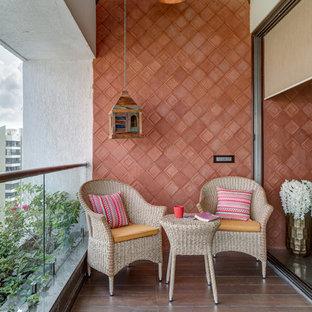 Idee per un balcone d'appartamento etnico con un tetto a sbalzo e parapetto in vetro
