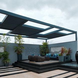 Ispirazione per una terrazza design con una pergola