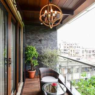 Ispirazione per terrazze e balconi contemporanei con un tetto a sbalzo e parapetto in vetro