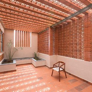 Asiatisk inredning av en stor balkong insynsskydd, med takförlängning