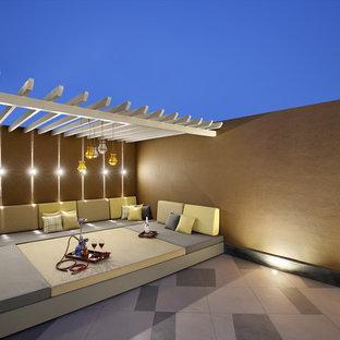 アフマダーバードの中サイズのコンテンポラリースタイルのおしゃれな屋上のデッキ (パーゴラ) の写真