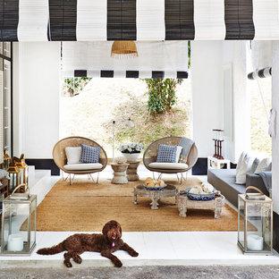 Idee per una terrazza tropicale di medie dimensioni e nel cortile laterale con un tetto a sbalzo