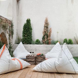 Imagen de terraza mediterránea con brasero