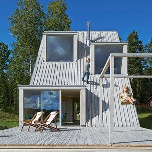 Cette image montre une terrasse et balcon arrière nordique de taille moyenne.