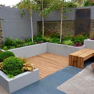 Diseño de terraza actual, pequeña, sin cubierta, en patio trasero, con brasero