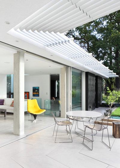 Contemporary Terrace by E2 Architecture + Interiors Ltd