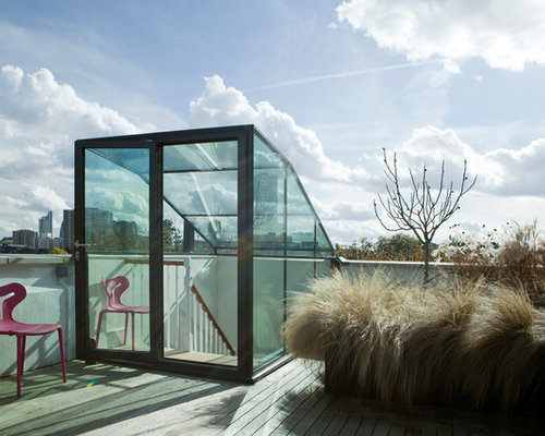 Example of a minimalist rooftop deck design in London