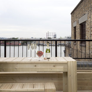 Inspiration for a contemporary roof terrace and balcony in London.
