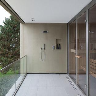 Imagen de terraza moderna, de tamaño medio, en patio lateral y anexo de casas, con ducha exterior