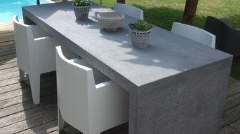 Betontisch auf einer Holzterrasse mit Poolanlage, Betonhocker,weiße stühle