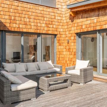 Designfenster und Designtüren inkl. Sonnenschutz für ein Familien-Holzhaus