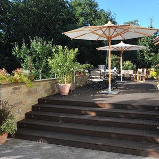 Große Mediterrane Terrasse hinter dem Haus mit Kübelpflanzen in Stuttgart