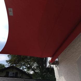 Esempio di terrazze e balconi country nel cortile laterale con un parasole
