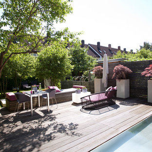 Idéer för en stor modern terrass, med utekrukor